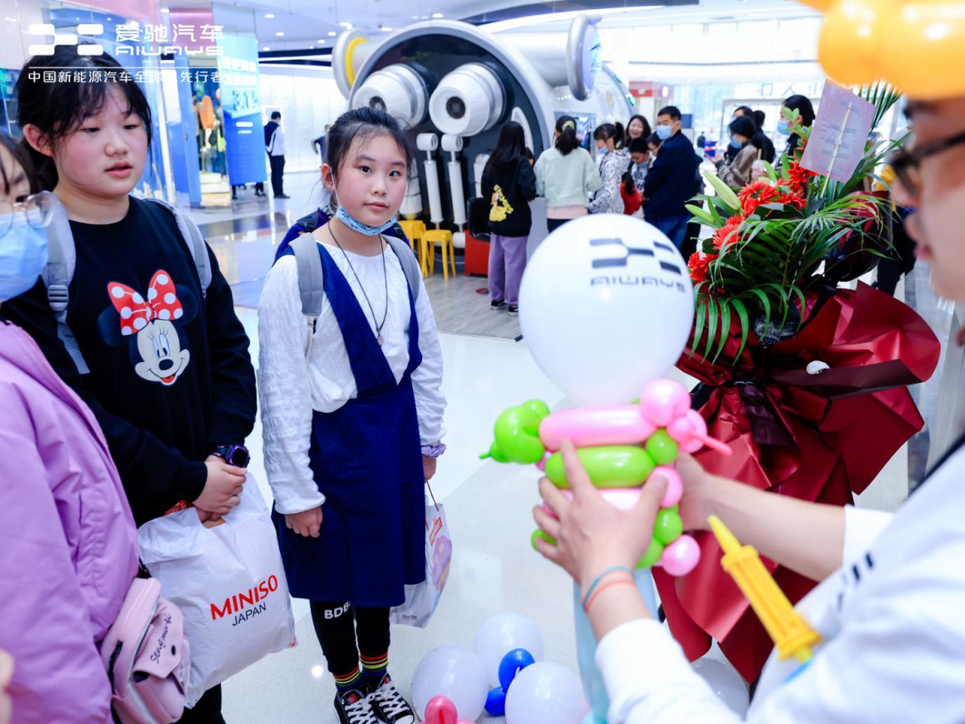 5F3A8352落子西南市场迈出关键一步,爱驰汽车成都锦华万达体验中心开业